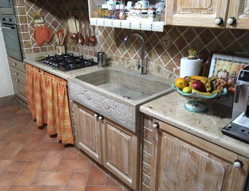 Top cucina in travertino lucido stuccato a resina trasparente - Spessore top cucina ...