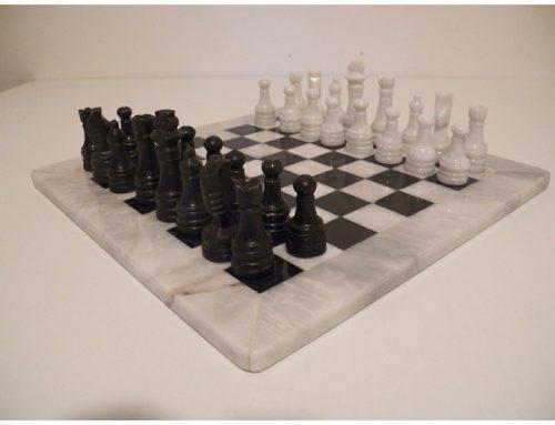 Scacchiera e scacchi in marmo