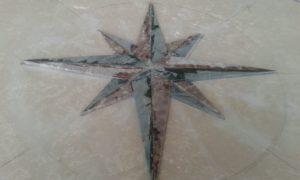 particolare intarsio tavolo in marmo